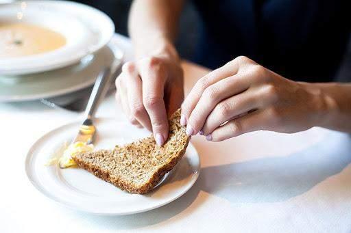 Хліб лупати руками