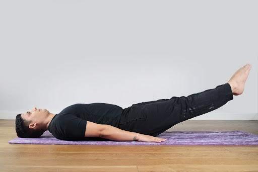 В этой позе вы почувствуете, как напрягаются мышцы живота