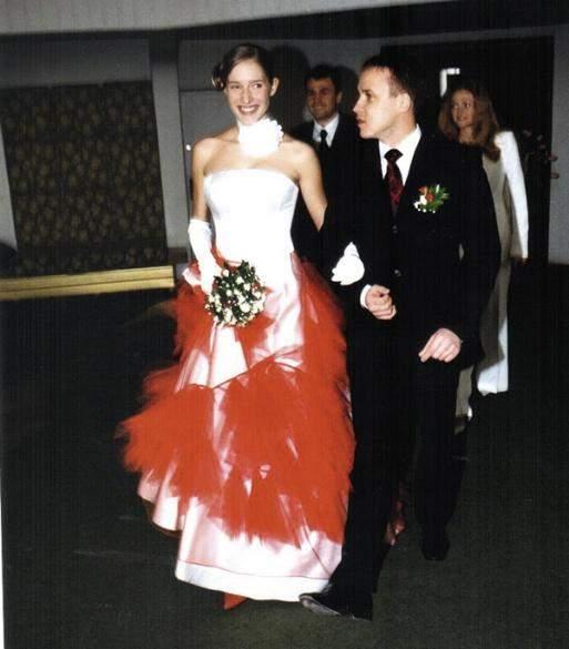 Катя Осадчая в свадебном платье с красной юбкой, 2002