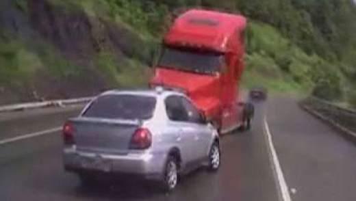Ефект свідка: Вантажівка протаранила 5 автомобілів, є постраждалі