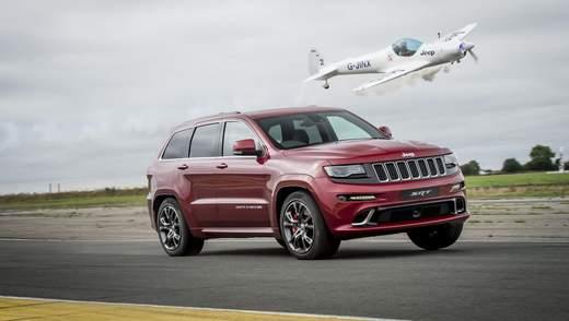Необычные гонки: Jeep Grand Cherokee SRT посоревновался на скорости с самолетом