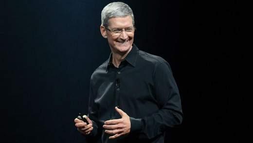 Глава Apple упрекнул Цукерберга из-за скандала с Facebook