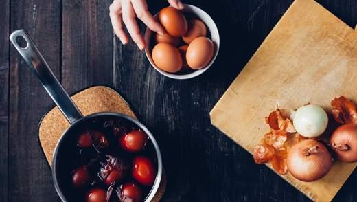 Как покрасить яйца луковой шелухой на Пасху: инструкция по фото