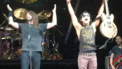 Фана Foo Fighters покликали на сцену, він запалив публіку краще за фронтмена: вражаюче відео