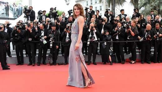 Голлівудська зірка українського походження вразила сукнею в Каннах: фото