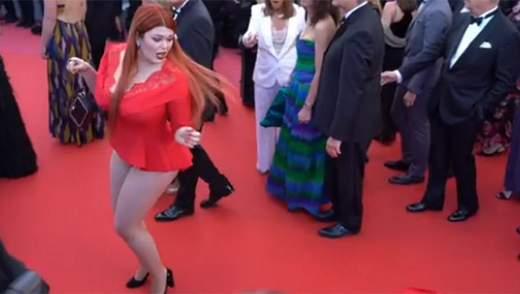 Российская модель оголилась на Каннском фестивале: курьезное видео