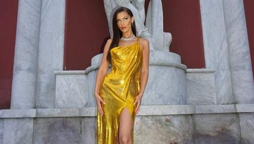 Белла Хадід продемонструвала стрункі ноги в ефектній сукні з розрізом: фото