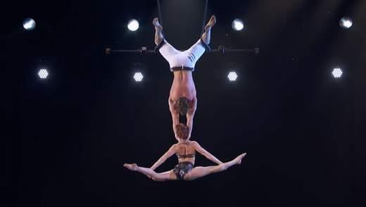 Упала головой вниз на охваченную пламенем сцену: талант-шоу в США едва не завершилось трагически