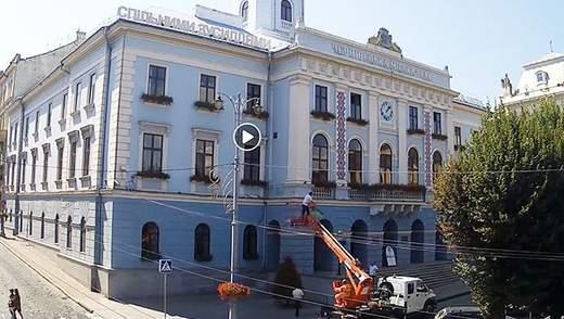 Курйозний випадок у Чернівцях: депутат міськради проник у кабінет мера, є відео