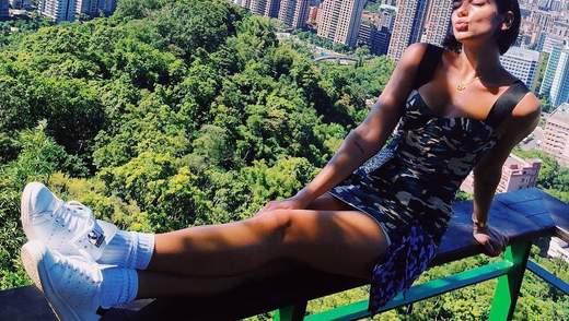 Дуа Ліпа засвітила стрункі ноги у сукні від українського дизайнера: фото