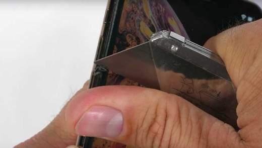 Подряпав і погнув: блогер випробував на міцність iPhone Xs Max – відео