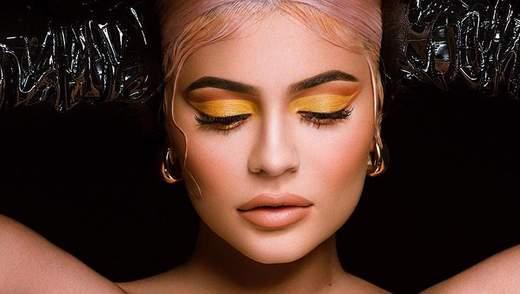 Кайлі Дженнер з яскравим макіяжем представила косметику до Хелловіну: фото