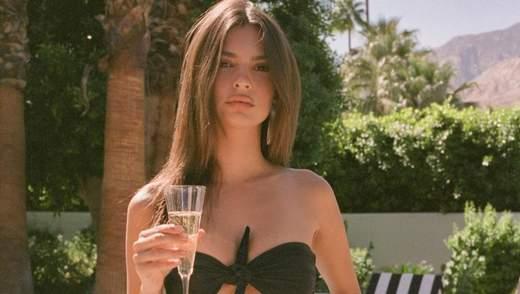 Эмили Ратаковски показала соблазнительную фигуру в купальниках собственного бренда: фото
