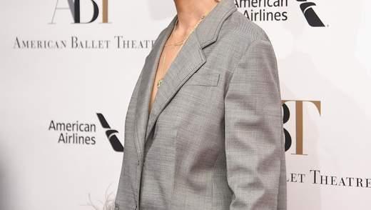 В костюмі з пір'ям на голе тіло: Кеті Холмс приголомшила стильним вбранням на світському рауті
