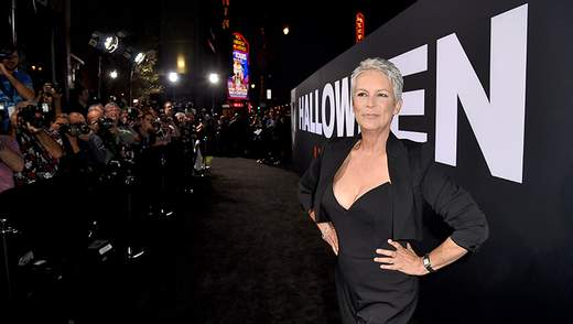 59-річна Джеймі Лі Кертіс засвітила пікантне декольте на прем'єрі фільму: фото