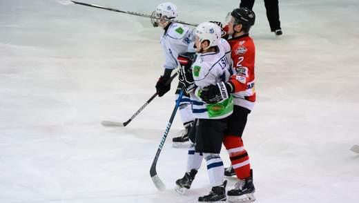 Українські хокеїсти влаштували бійку прямо посеред матчу: відео
