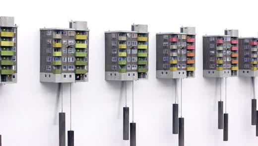 Подорож у часі та просторі: художник створює милі годинники у вигляді панельних будинків
