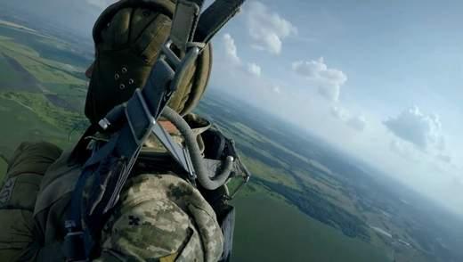 """""""Я впевнений, що він не розкриється"""": як рекрутів вчать правильно стрибати з парашутом"""