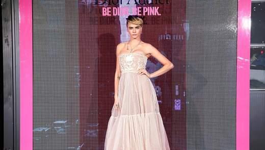 Кара Делевінь приміряла романтичну сукню на презентацію колекції Dior: фото