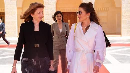 Королева Ранія вразила виходом в незвичайному тренчі: яскраві фото