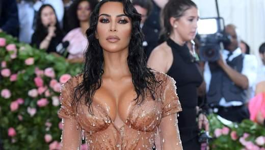 """Как на Ким Кардашян надевали """"мокрое"""" платье для Met Gala: видео"""