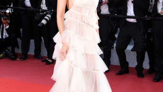 Білий лебідь: Белла Хадід похизувалася стрункою фігурою у прозорій сукні