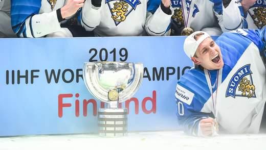 Хоккеисты сборной Финляндии повредили кубок чемпионов мира: фото