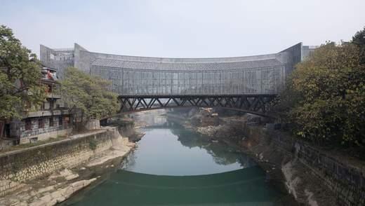 Между двумя берегами: мост-музей открыли в Китае – фото необычайного сооружения