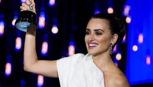 Подчеркнула загар: Пенелопа Крус пришла на кинофестиваль в роскошном белом платье от Chanel