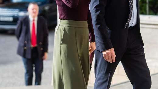 Королева уличного стиля: Кейт Миддлтон появилась в оливковых кюлотах на улицах Лондона