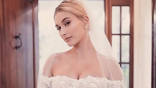 Шовк, глибоке декольте та оголені ноги: як виглядали ще дві весільних сукні Гейлі Бібер