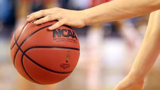 У США баскетболіст закинув божевільний м'яч зі своєї половини поля: відео