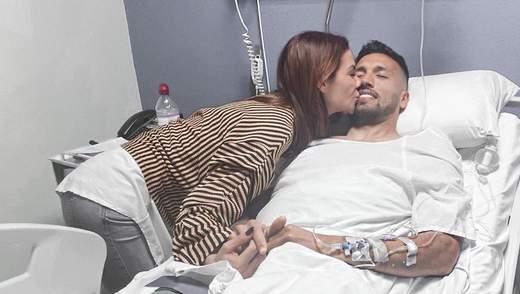 Как жена больного коронавирусом футболиста посещает его на карантине: романтическое фото