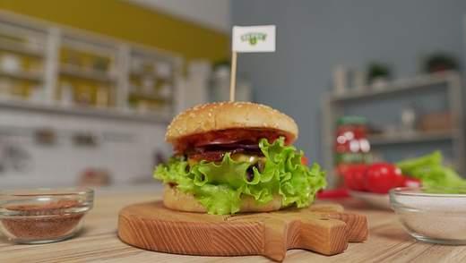 Сочный бургер с аджикой и беконом: рецепт фаст-фуда в домашних условиях
