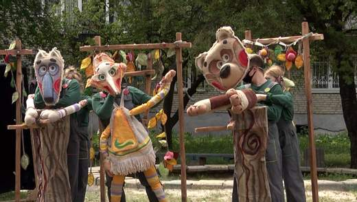 Дети в восторге, а родители просят еще: во Львове театр кукол путешествует по районам города