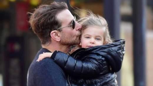 Брэдли Купер покорил сеть прогулкой с дочкой впервые за долгое время: трогательные фото