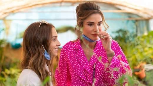 У блузці кольору фуксії: королева Ранія відвідала туристичний центр