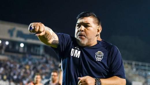 Как полицейский: одиозный Марадона выехал на поле с сиренами и мигалками – видео