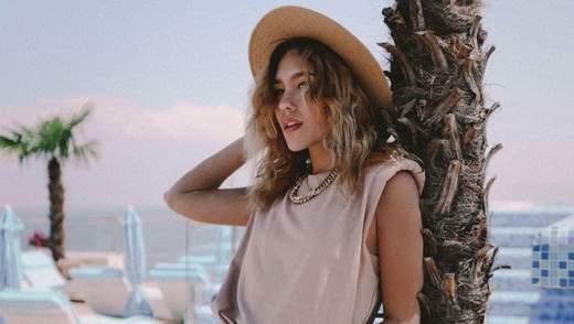 В белом платье с обнаженными плечами: Даша Квиткова показала летний образ на палубе яхты – фото