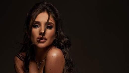 В кожаном комбинезоне: сексуальная Даша Ульянова засветила обнаженную грудь – фото