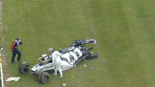 Російський пілот розбив болід під час перегонів Формули-1 та мало не побив оператора: відео