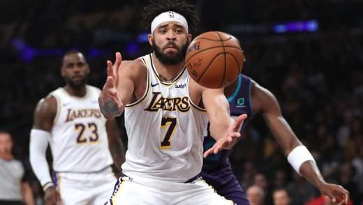 Баскетболиста почти отправили в нокаут во время матча, попав мячом в голову: видео