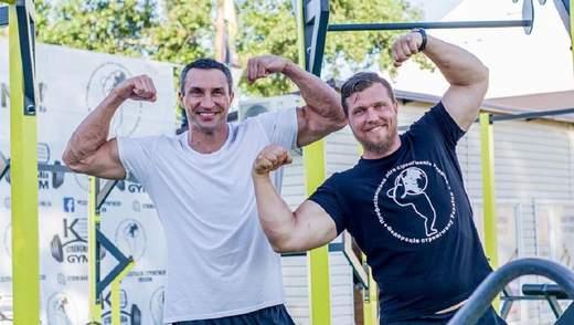 Кличко провел тренировку со стронгменом, который может протянуть 12 машин: фото