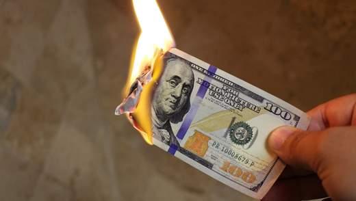 Доллар обвалился до двухлетнего минимума: чего ждать дальше