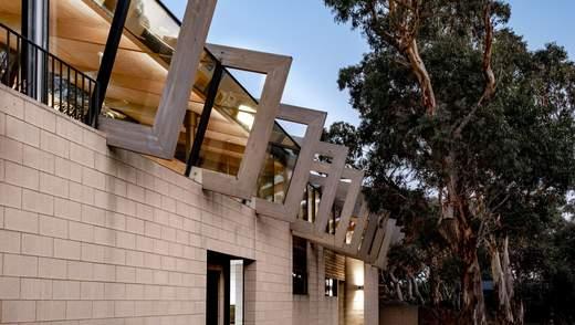 Дерев'яні рами та великий камін: фото інтер'єру приватного будинку з Австралії