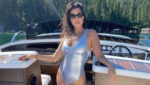 У рожевому бікіні: Кортні Кардашян еротично позувала на човні – гарячі фото