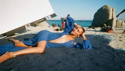 Versace біля моря: Белла Хадід показала залаштунки рекламної зйомки – пікантні фото