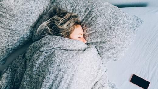 Важкі ковдри допомагають покращити сон і борються з розладами при депресії