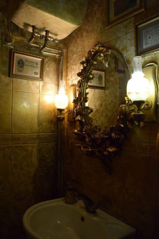 Старовинне дзеркало в туалеті