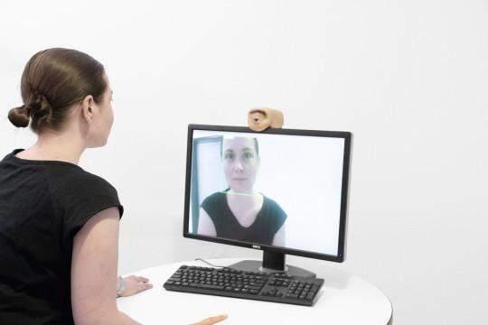 Дослідник створив моторошну вебкамеру у вигляді людського ока, яка здатна підморгувати
